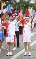图文-奥运圣火在四川成都传递 宁远和汤敏合影