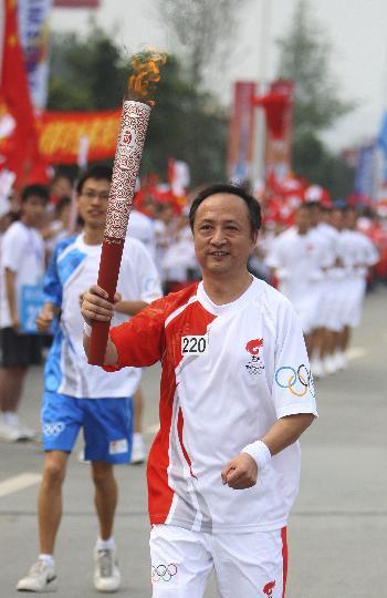 图文-奥运圣火在四川成都传递 第220棒火炬手崔建刚