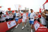 图文-奥运圣火在四川成都传递 射击冠军张山传首棒