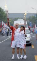 图文-奥运圣火北京首日传递 平亚丽与范安德交接火炬