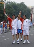 图文-奥运圣火在北京进行首日传递 光荣的一刻