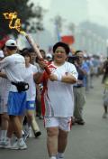 图文-奥运圣火在北京进行首日传递 火炬手周毓秋