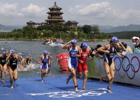 图文-08奥运会铁人三项比赛集锦 上岸后开始跑步