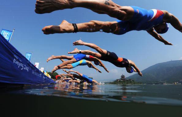 图文-08奥运会铁人三项比赛集锦 鱼跃入水争先恐后