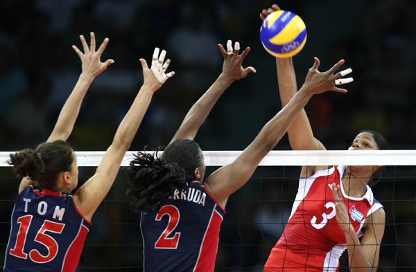 图文-女排半决赛美国3-0古巴 汤姆和阿卢达拦网
