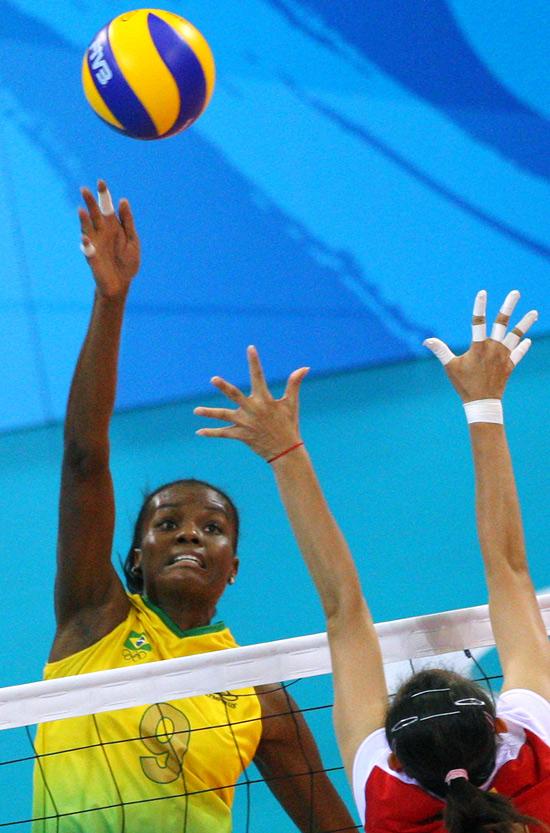 图文-女排半决赛中国VS巴西 李娟全力防守巴西进攻