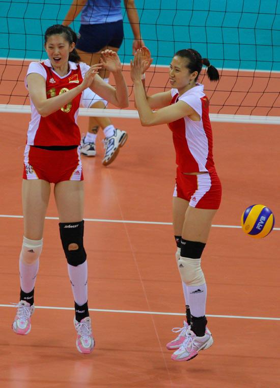 图文-女排半决赛中国VS巴西 周苏红和薛明庆祝得分