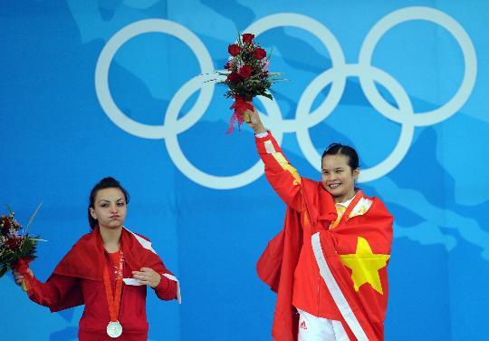 图文-陈燮霞夺北京奥运中国军团首金 高举鲜花