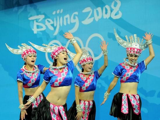 图文-举重赛场的民族啦啦队 呐喊助威