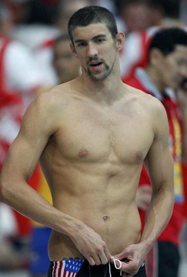 图文-美国游泳队新一天备战训练 菲尔普斯展示肌肉