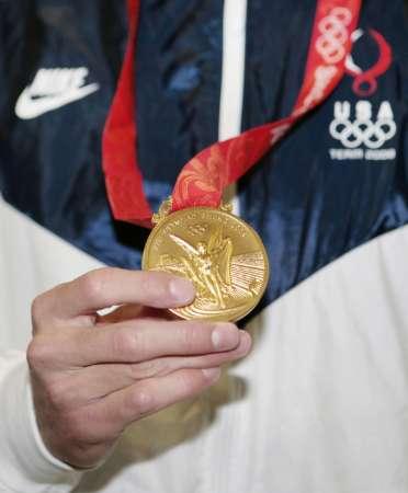 图文-男子400米个人混合泳颁奖 菲尔普斯的金牌