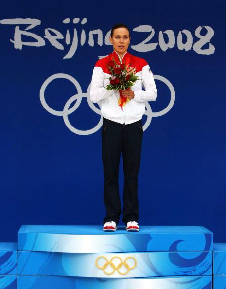 图文-女子100米仰泳决赛 考芙琳站上领奖台