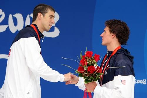 图文-菲尔普斯夺得第六金 接受队友的祝贺