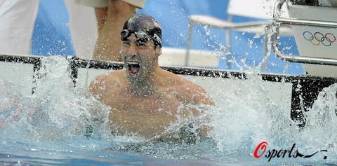 图文-菲尔普斯100米蝶泳夺第七金 双鳍拍水