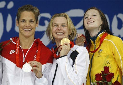 图文-斯特芬获50米自由泳冠军 颁奖台上的三位美女