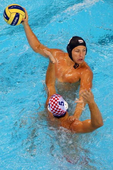 图文-奥运会16日男子水球赛况 压制对手以便传球