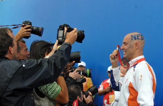 图文-男子游泳10公里范德韦登摘金 向记者展示金牌