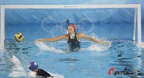 图文-女子水球三四名决赛 攻门的精彩瞬间