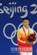 图文-男子10米跳台中国摘银 周吕鑫在领奖台上