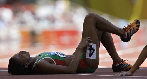 图文-15日田径赛场精彩瞬间 赛后女选手累倒在地