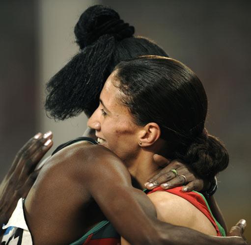 图文-田径女子800米决赛打响 与对手相拥抱