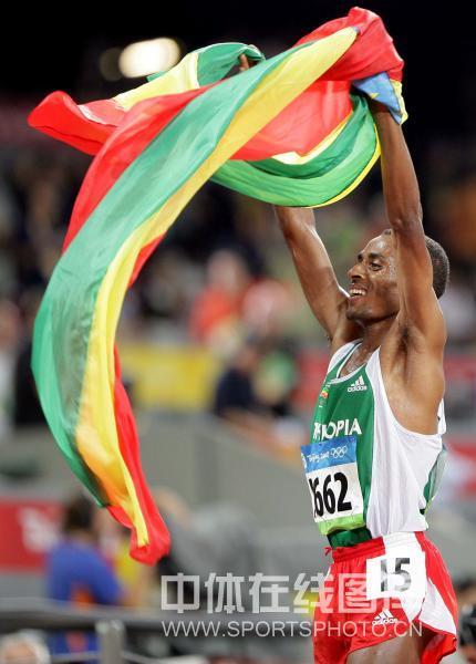 图文-男子万米刷新世界记录 贝耶查挥舞国旗庆祝