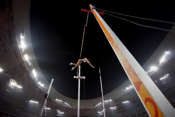 图文-奥运会女子撑杆跳决赛 伊辛巴耶娃空中飞跃
