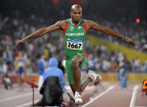 图文-田径男子三级跳远决赛 全力跳向金牌