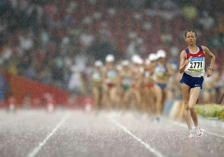 图文-田径女子20公里竞走决赛 冒雨前行