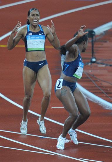 图文-田径女子4x100米预赛 威廉姆斯掉棒瞬间