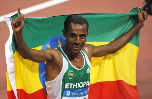 图文-田径男子5000米决赛 冠军庆祝胜利