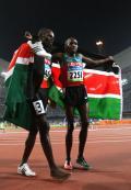 图文-[奥运]田径男子800米 身披国旗庆祝胜利