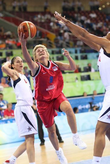 图文-[奥运会]美国女篮97-57捷克 马霍娃进攻
