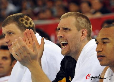 图文-[奥运会]德国男篮95-66安哥拉 为队友加油