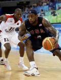图文-[奥运]安哥拉76-97美国男篮 詹姆斯急速突破