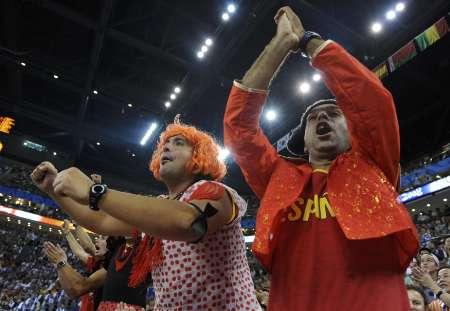 图文-决赛梦八118-107西班牙 西班牙观众助威