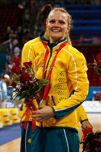 图文-[女篮决赛]美国92-65澳大利亚 劳森展示金牌