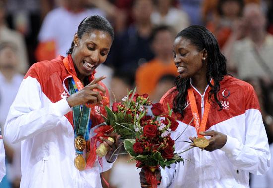 图文-[女篮决赛]美国92-65澳大利亚 仔细看金牌