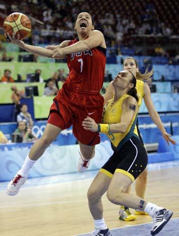 图文-[女篮决赛]美国92-65澳大利亚 劳森突破上篮
