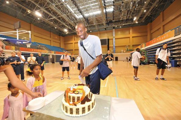 图文-美国男篮王牌北京过生日 科比收到生日蛋糕