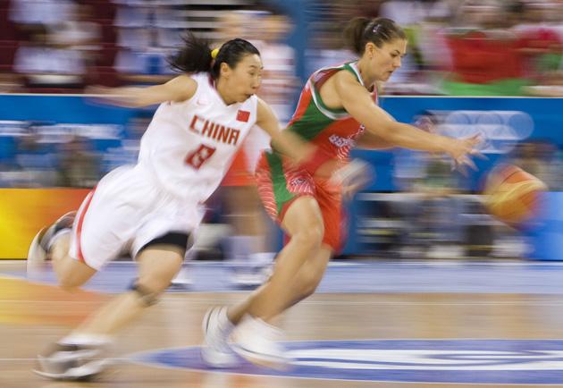 图文-女子篮球精彩瞬间回顾 苗立杰抢断迅捷如风