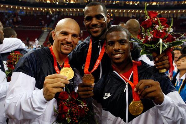 图文-美国男篮战胜西班牙夺金 基德保罗展示金牌