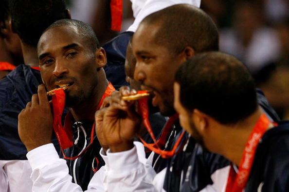 图文-美国男篮战胜西班牙夺金 科比品尝金牌滋味