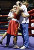 图文-拳击男子57公斤级决赛 与教练同庆祝