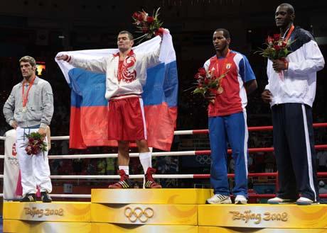 图文-拳击男子91公斤级决赛 选手登上领奖台