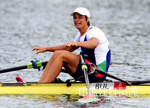 图文-赛艇女子单人双桨奈科娃夺冠 冠军开心庆祝