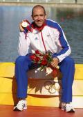 图文-男子单人皮艇1000米决赛 布拉班特斯展示金牌