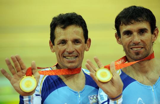 图文-奥运会男子麦迪逊赛决赛赛况 阿根廷选手庆祝