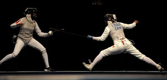 图文-奥运会女子花剑赛况 比赛中剑光飞舞_击