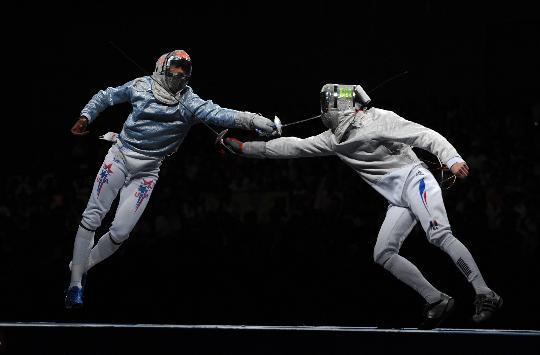 图文-法国队获男子佩剑团体冠军 双方相持不下